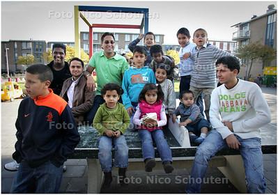 AD/HC - ahmed hadioui, voorzitter van jongeren4you (met zonnebril) temidden van kinderen en jongeren op het Ruth Firstplein - DEN HAAG 9 OKTOBER 2008 - FOTO NICO SCHOUTEN