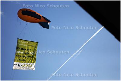 AD/HC - boven mondriaan college een felicitatie-zeppelin voor de nieuwe mbo leerlingen - DEN HAAG 9 OKTOBER 2008 - FOTO NICO SCHOUTEN