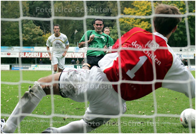 AD/HC - voetbalwedstrijd Scheveningen - Capelle - De strafschop die Scheveningen op voorsprong kon zetten wordt gestopt -  DEN HAAG 5 OKTOBER 2008 - FOTO NICO SCHOUTEN