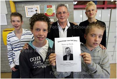 AD/HC - Henk van de Plas is genomineerd voor de titel Concierge van het Jaar. Zijn campagneteam is keihard aan het werk om stemmen te winnen voor hun concierge - vlnr Sten van Nieuwhout, Mark Stijger, Concierge Henk van de Plas, Sonny Grootscholten en Roy van der Knaap - POELDIJK 2 OKTOBER 2008 - FOTO NICO SCHOUTEN
