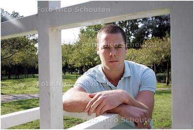 AD/HC - voetballer Eelco Tigchelaar van Haaglandia - bij het kunstwerk waar hij als jongetje altijd voetbalde - DEN HAAG 18 SEPTEMBER 2008 - FOTO NICO SCHOUTEN