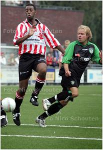 AD/HC - voetbalwedstrijd DUNO- 's-Gravenzandse VV - Paul Doppert van DUNO doet een doelpoging. Links John Labigar van 's Gravenzande - DEN HAAG 13 SEPTEMBER 2008 - FOTO NICO SCHOUTEN