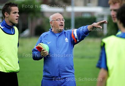 AD/HC - Trainer Herman van Dinten, in actie tijdens de training van KMD - WATERINGEN 11SEPTEMBER 2208 - FOTO NICO SCHOUTEN
