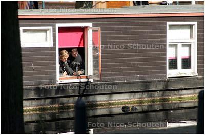 AD/HC - LIJK IN WATER VEENKADE - Brandweermannen kijken uit het raampje van een woonboot naar het lijk dat in het water ligt - DEN HAAG 16 SEPTEMBER 2008 - FOTO NICO SCHOUTEN