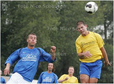 AD/HC - voetbalwedstrijd Duindorp SV - ODB ; Andrew Zuurmond (r) van Duindorp SV in duel met Ferry de Jong van ODB - DEN HAAG 21 SEPTEMBER  2008 - FOTO NICO SCHOUTEN