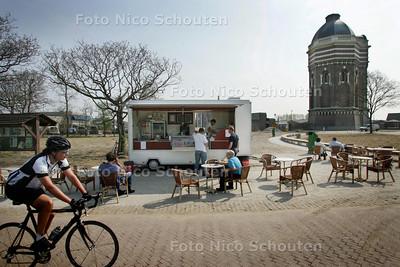 onder de watertoren bij Meijendel staat opnieuw een mobiel eettentje, van dezelfde eigenaar die zijn zaakje daar vorig jaar onder verdachte omstandigheden zag affikken - DEN HAAG 15 APRIL 2009 - FOTO NICO SCHOUTEN