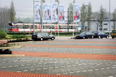 Een zee van parkeerruimte bij het transferium Hoornwijck vanwaar de strand express vertrekt, terwijl er op de Utrechtsebaan al een lange file staat - DEN HAAG 12 APRIL 2009 - FOTO NICO SCHOUTEN