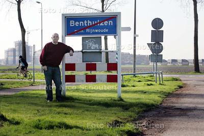 HDT /Harrie Rijven van het comite Rijnwoude bij bord van Benthuizen, met Zoetermeer op de achtergrond - BENTHUIZEN 10 APRIL 2009 - FOTO NICO SCHOUTEN
