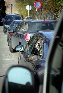 (Ernstige) parkeerproblematiek in Bergenbuurt van Meerzicht - Om 17:30 zijn er nog veel parkeerplaatsen vrij. Deze auto's op de Turfberg staan op een plek waar het niet goed duidelijk is of ze er wel of niet mogen staan. Ik denk dat ze er WEL mogen staan - ZOETERMEER 2 APRIL 2009 - FOTO NICO SCHOUTEN