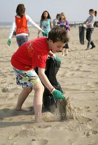 Basisscholieren uit Wassenaar maken 's morgens een deel van het strand schoon - WASSENAAR 15 APRIL 2009 - FOTO NICO SCHOUTEN