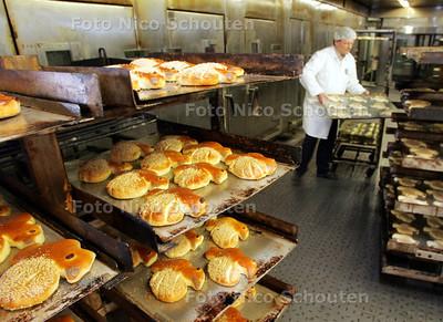 HDT - in bakfabriek van Ammerlaan worden volop paasbroodjes gebakken - BLEISWIJK 10 APRIL 2009 - FOTO NICO SCHOUTEN