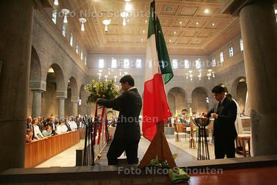 mis in parochie voor slachtoffers aardbeving italie. aansteken vlam en bloemen plaatsen bij italiaanse vlag; bezuidenhoutseweg - DEN HAAG 12 APRIL 2009 - FOTO NICO SCHOUTEN