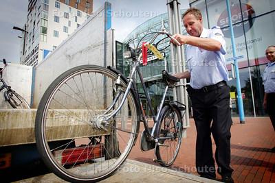 Neergezette fietsen worden verwijderd uit het Stadshart - ZOETERMEER 10 AUGUSTUS 2009 - FOTO NICO SCHOUTEN