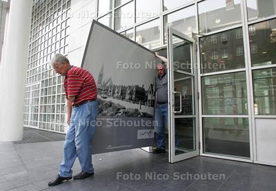 Gemeentearchief geeft grote billboards met oude foto's weg. Trammuseum haalt 7 billboards op. DEN HAAG 31 AUGUSTUS 2009 - FOTO NICO SCHOUTEN