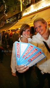 ludieke alcohol matigingsactie in centrum den haag - DEN HAAG 28 AUGUSTUS 2009 - FOTO NICO SCHOUTEN