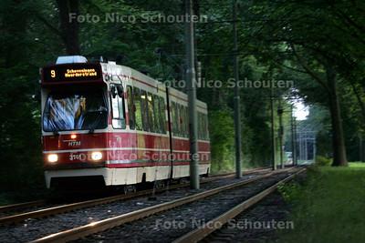 Tram 9 op weg naar de eerste halte op de Melis stokelaan - DEN HAAG 6 AUGUSTUS 2009
