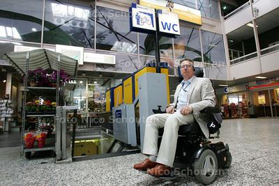 Michel A. Meinders mag er niet in bij de invalide wc op Den Haag Centraal - DEN HAAG 3 AUGUSTUS 2009 - FOTO NICO SCHOUTEN