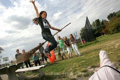 meidengroep van jongerencentrum de Border maakt eigen kalender - DELFT 26 AUGUSTUS 2009 - FOTO NICO SCHOUTEN