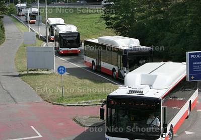 konvooi witte met rode Veolia-aardgasbussen, die vanaf zondag in Haaglanden de streekvervoerconcessie gaan overnemen van Connexxion - DELFT 29 AUGUSTUS 2009 - FOTO NICO SCHOUTEN