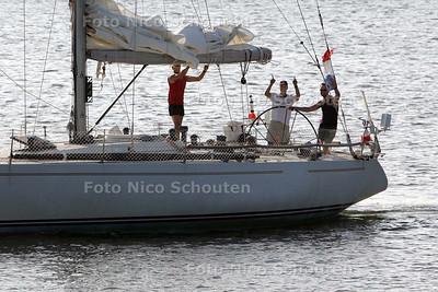 drie Haagse zeilers  die de oversteek hebben gemaakt vanuit Boston zeilen de scheveningse haven binnen - DEN HAAG 6 AUGUSTUS 2009 - FOTO NICO SCHOUTEN