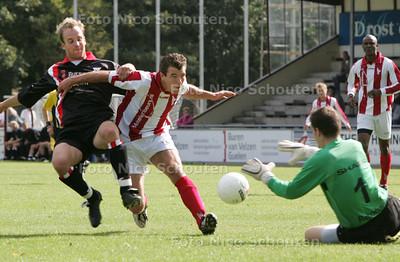 KNVB-bekervoetbal: HBS-Bennekom - links nr 9 van HBS, nr 17 van Bennekom - DEN HAAG 29 AUGUSTUS 2009 - FOTO NICO SCHOUTEN