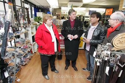 Bezoek Tweedekamerlid mevr. Van de Burg. Ontmoeting met de schoenmaker in winkelcebtrum Buytenwegh over acties tegen jongerenoverlast - ZOETERMEER 7 DECEMBER 2009 - FOTO NICO SCHOUTEN