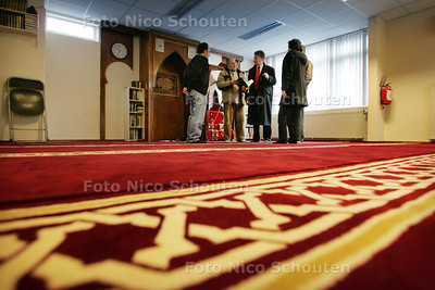 Wethouder Haan brengt bezoek aan Al Quibla moskee, die eerder door brand werd getroffen - ZOETERMEER 4 DECEMBER 2009 - FOTO NICO SCHOUTEN