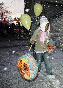 Opleverfeest Nieuw Spoorwijk - lampionnenoptocht; en een (zeep)sneeuwmachine - DEN HAAG 15 DECEMBER 2009 - FOTO NICO SCHOUTEN
