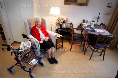 Woonverhaal in bejaardenwoning. Mevrouw Wevers in haar woning bij WZH Schoorwijck - LEIDSCHENDAM 3 DECEMBER 2009 - FOTO NICO SCHOUTEN