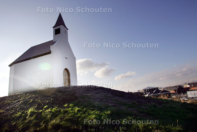 Een kerk in Leidschenveen: een wonder? Nee, de witte kerk aan de Dijken bij de kruising Vrouw Aveweg-Molenpolderstraat is puur bedoeld als kunstobject. Over optisch bedrog in optima forma - DEN HAAG 12 DECEMBER 2009 - FOTO NICO SCHOUTEN