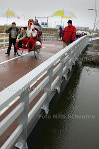 """""""Unieke"""" fietsbrug wordt geopend door verkeerswethouder Smit. Verbindt Ypenburg met de stad. Brug is bijzonder vanwege glasvezel kunststofconstructie en vanwege lengte - DEN HAAG 4 DECEMBER 2009 - FOTO NICO SCHOUTEN"""