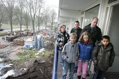 Mevrouw S. Minke en haar buren zijn erg boos over de wijze waarop corporatie WoonInvest hun flatwoningen in de wijk Prinsenhof heeft gerestaureerd en vooral over de manier waarop de aannemer allerlei fouten NIET heeft opgelost - DEN HAAG 9 DECEMBER 2009 - FOTO NICO SCHOUTEN