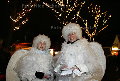 Kaarsjesavond in de Dorpsstraat. Kerstengelen delen stembiljetten uit voor de mooiste etalage - ZOETERMEER 15 DECEMBER 2009 - FOTO NICO SCHOUTEN