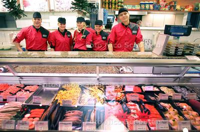 Personeel van vishandel Volendam op de foto achter de balie - ZOETERMEER 16 DECEMBER 2009 - FOTO NICO SCHOUTEN