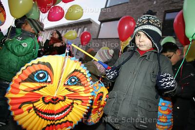 Opleverfeest Nieuw Spoorwijk - lampionnenoptocht - DEN HAAG 15 DECEMBER 2009 - FOTO NICO SCHOUTEN