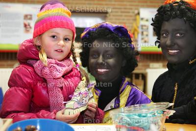 Op stadsboerderij 't Waaygat maken kinderen papieren schoentjes en dierenkoekjes - DEN HAAG 2 DECEMBER 2009 - FOTO NICO SCHOUTEN