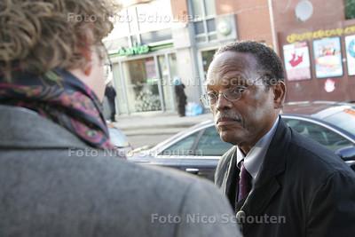 Americaanse socioloog Willian Wilson op bezoek in de Schilderswijk - DEN HAAG 1 DECEMBER 2009 - FOTO NICO SCHOUTEN