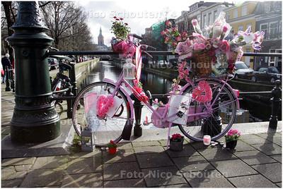"""Bij de kruising Elandstraat/prinsessewal waar de 15-jarige Lesley Barhorst omkwam bij een dodelijk fietsongeluk is een """"gedenkfiets""""neergezet. De decoratie van het verkeerslicht is verwijderd - DEN HAAG 7 FEBRUARI 2009 - FOTO NICO SCHOUTEN"""