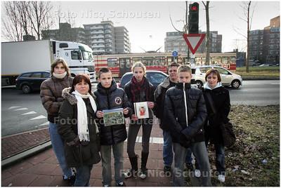 AD/HC - lerares Ingrid Daalhoff (2e van links met klasgenoten en ouders bij het kruispunt waar een jongen door de tram om het leven is gekomen. Kruising Admiraal Helfrichsingel en Prinses Beatrixlaan - RIJSWIJK 6 FEBRUARI 2009 - FOTO NICO SCHOUTEN