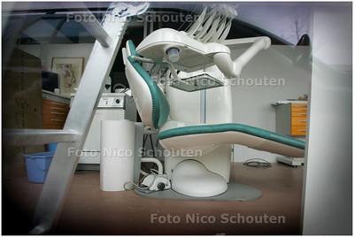 AD/HC - Tandartsengroep Oosterheem. De praktijk is gesloten, maar door het raam is een tandartsenstoel te zien en bouwmateriaal (want de praktijk is nooit afgebouwd) - ZOETERMEER 5 FEBRUARI 2009 - FOTO NICO SCHOUTEN