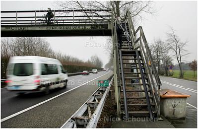 AD/HC - Bij industrieterrein Maaldrift is een houten loopbrug over de snelweg A44 en daar is een steen vanaf gegooid - WASSENAAR 3 FEBRUARI 2009 - FOTO NICO SCHOUTEN