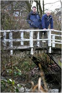 AD/HC - Geert van Poelgeest (r) gaat vertellen over verleden. heden en toekomst van de natuur in delft. zijn eigen woonbwijk is een voorbeeld van gestructureerd groen en daar heeft hij wel wat over te zeggen - DELFT 7 JANUARI 2009 - FOTO NICO SCHOUTEN