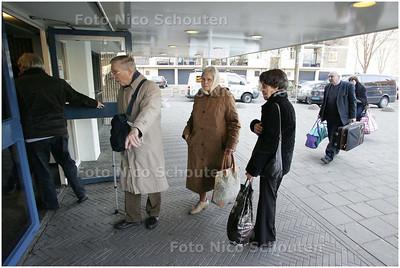 AD/HC - De bewoners van de Treubflat, waar vorige week het metselwerk op het ketelhuis is gevallen, keren terug - DEN HAAG 9 JANUARI 2009 - FOTO NICO SCHOUTEN