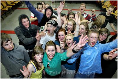 """AD/HC - 24!uurs lesmarathon. Leerlingen van het Stanislascollege volgen 24 uur achter elkaar (ook 's nachts dus) lessen voor een goed doel. Klas 4E bij de les """"Sport op Muziek"""" - DELFT 7 JANUARI 2009 - FOTO NICO SCHOUTEN"""