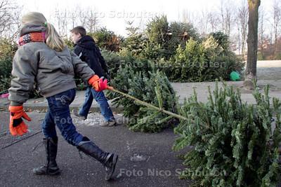 Kerstbomen ophalen - 11 JANUARI ZOETERMEER - FOTO NICO SCHOUTEN