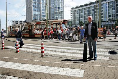 Voor de verkeersrubriek. Oversteekplaats bij tramhalte Kurhaus op het Palaceplein in Scheveningen is erg onverzichtelijk. Omwonende Bert vd Burg ergert er zich dood aan - DEN HAAG 28 JULI 2009 -  FOTO NICO SCHOUTEN