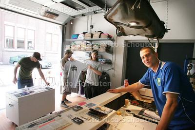 HDT / Steven van Lummer (R) in winkel 'De Dooie Hoek' bij Bink36. De winkel is een plek/outlet waar bezoekers onder meer de creaties van creatievelingen binnen de stichting PIP kunnen kopen - DEN HAAG 22 JULI 2009 - FOTO NICO SCHOUTEN