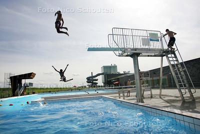 eerste dag dat zwembad De Windas open is voor het publiek - BERGSCHENHOEK 20 JULI 2009 - FOTO NICO SCHOUTEN
