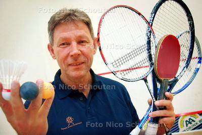 Marc Veldkamp, mister racketlon. Moet op de foto op een van de squasbanen op de fotolocatie. Verslaggever Sidney van Dijk is ter plekke - ZOETERMEER 23 JULI 2009 - FOTO NICO SCHOUTEN