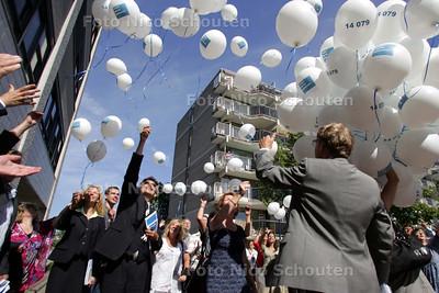 Gemeente laat 1479 ballonnen op als start van nieuwe gemeentelijke telefoonnr 14 079 - ZOETERMEER 2 JUNI 2009 - FOTO NICO SCHOUTEN